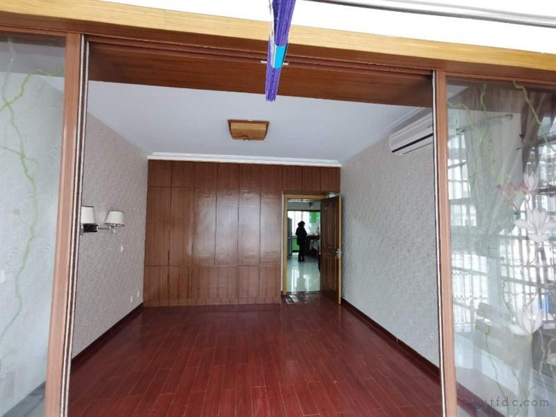 皇家花园旁边金湖花园库上一楼三室两厅全新出租